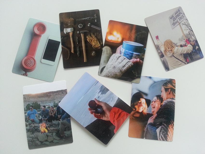 Pöydällä on seitsemän korttia, joissa kaikissa on erilainen kuva